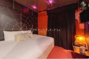 Комната отдыха во втором люксе - поможет разбавить серые будни, а зеркальная стена добавит огня!