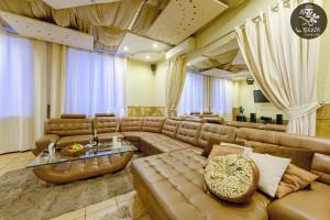 Огромный диван во втором люксе позволит уютно расположиться любой компании! Для Вас большой выбор напитков!