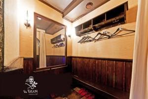 Как и театр начинается с вешалки - так и наш пиратский корабль порадует вас сейфом , тапочками, обувными аксессуарами и косметическими принадлежностями.
