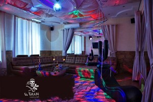 Световое и музыкальное оснащение позволяет за минуту превратить зал в ночной клуб.