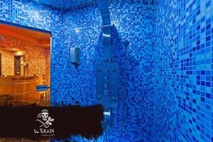 В жаркой турецкой парной можно принять прохладный душ - истинное наслаждение.