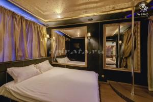 В стильной комнате отдыха в первого люкса Вас порадует пилон, зеркальные стены и оригинальная освещение!